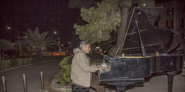 L'Ars taglia i fondi al Brass Group, Garsia suona davanti a Palazzo d'Orleans