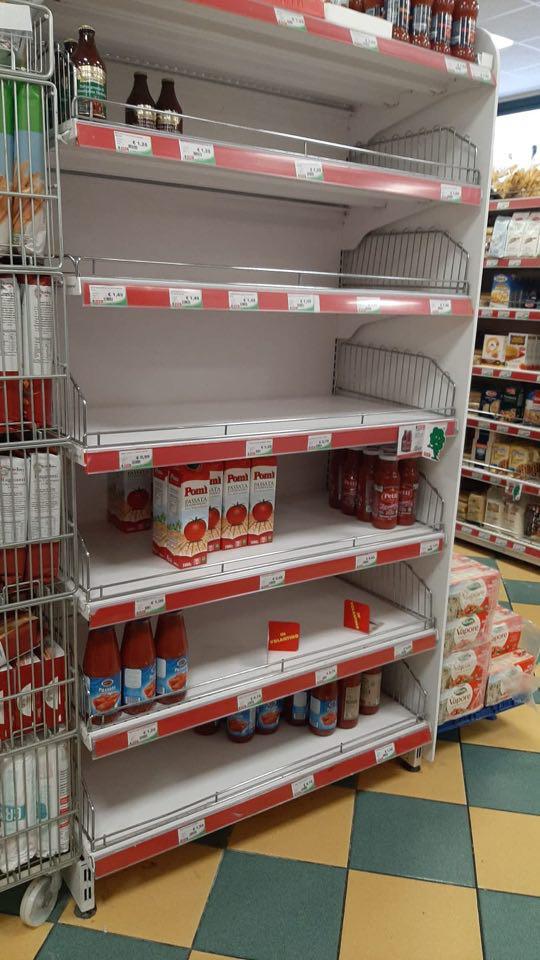 Coronavirus, scaffali vuoti nei supermercati e code ai distributori immotivati