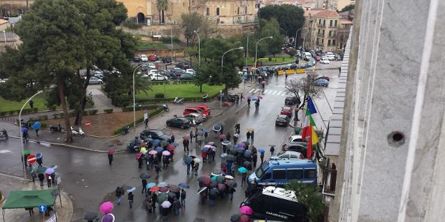 Sciopero selvaggio a piazza Indipendenza, una città sotto assedio