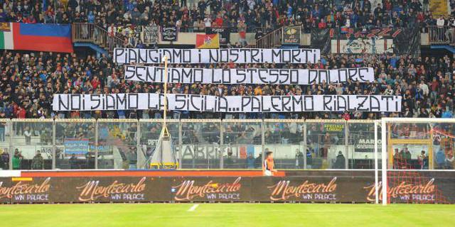 I tifosi catanesi espongono una scritta per i morti del maltempo di Palermo