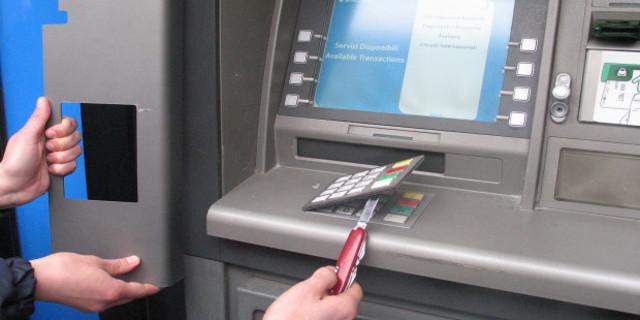 Attenzione ai Bancomat manomessi in centro