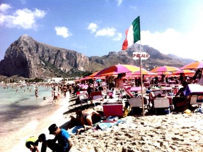 """L'illusione delle """"spiagge libere"""" in Sicilia"""