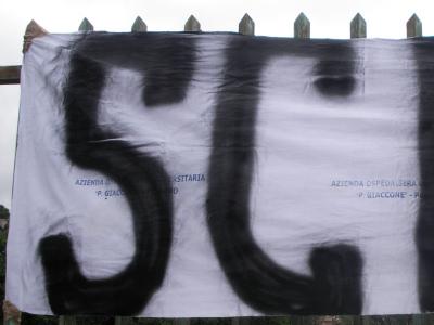 Striscione realizzato con le lenzuola dell'Azienda Ospedaliera Universitaria Paolo Giaccone