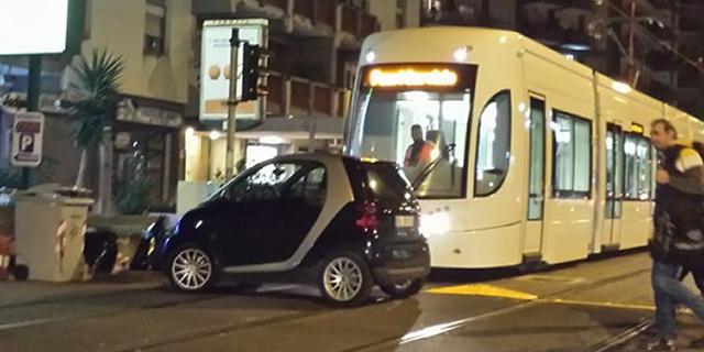 Il tram in prova bloccato da un'auto in via Leonardo da Vinci