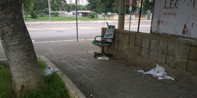 Ambulante abusivo e degrado in via De Saliba