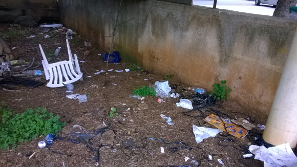 Ambulante abusivo e degrado in via De Saliba